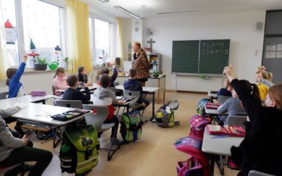 Mitglieder des Blindenvereins zu Besuch in der dritten Klasse
